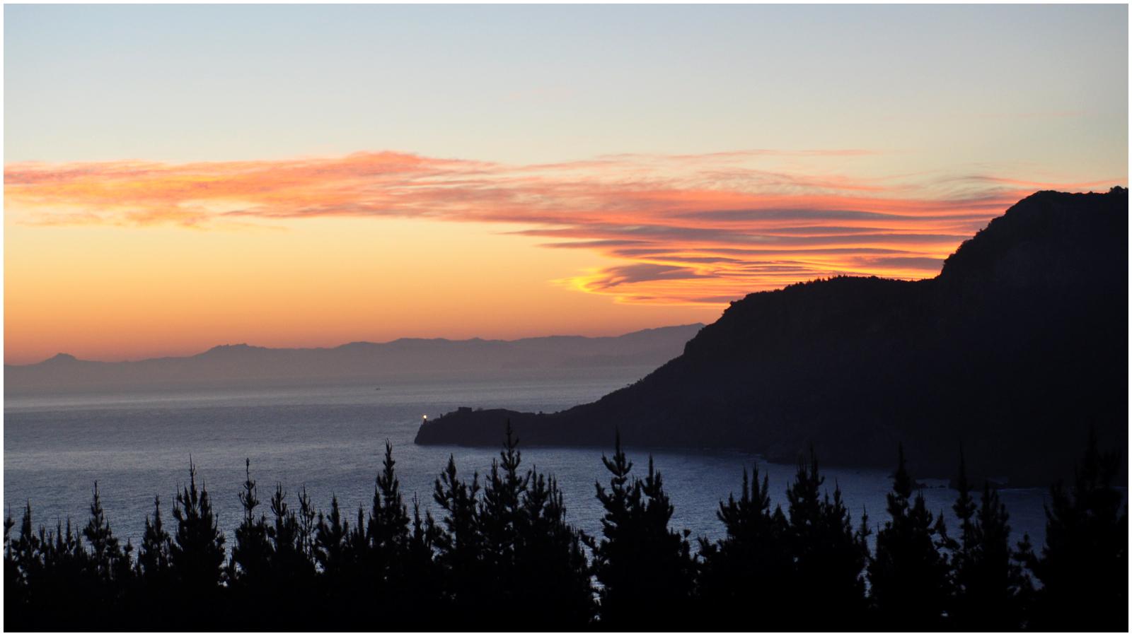 puesta de sol con faro de lekeitio